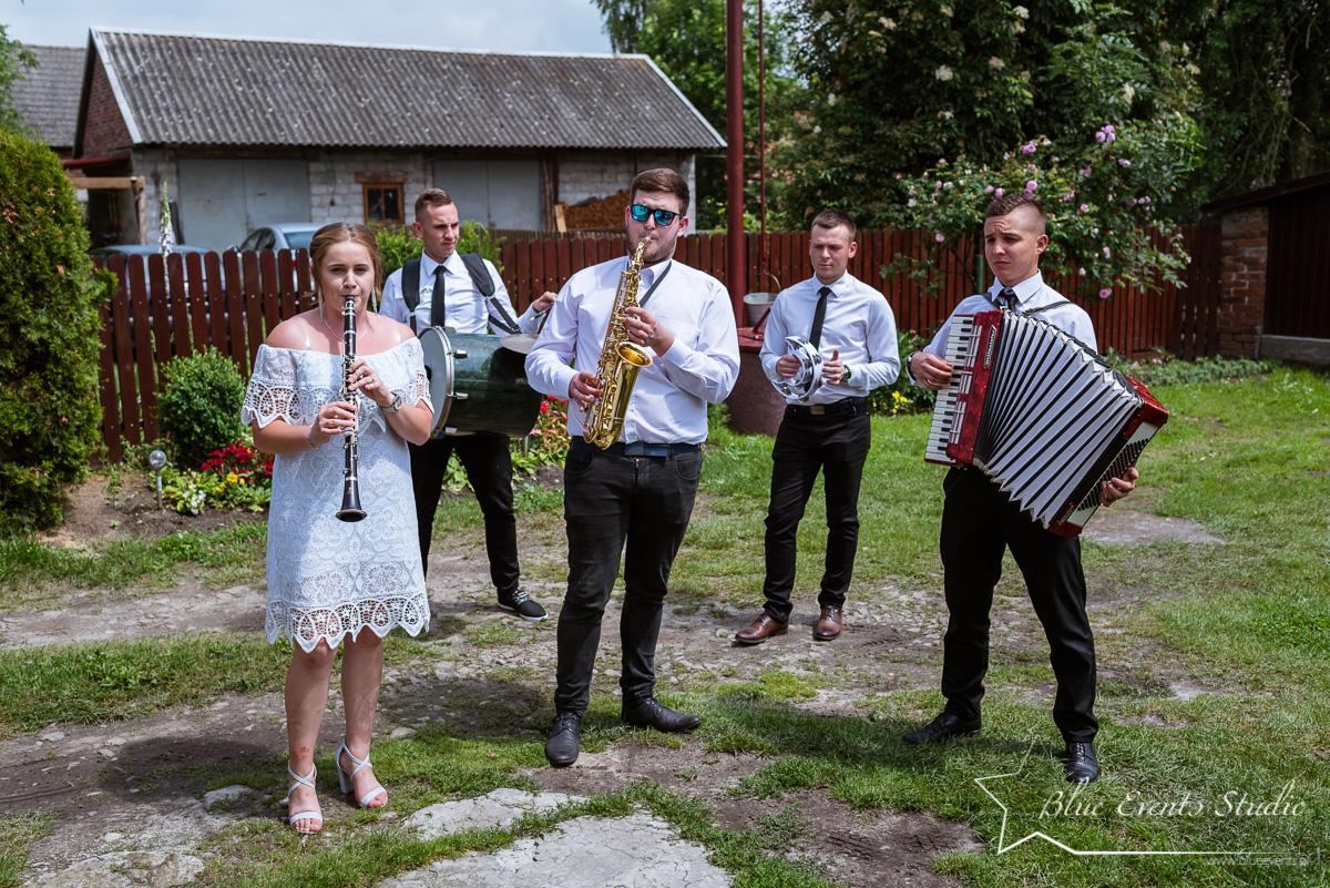 fotograf ślubny Tarnobrzeg - parafia w Chmielowie