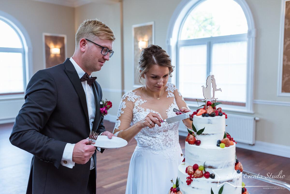 tort weselny w kadrze fotografa ślubnego